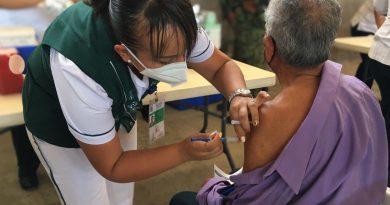 Avanza vacunación a adultos mayores en la costa sur